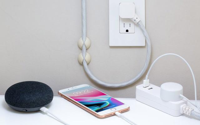 Man overlijdt na elektrocutie namaak Iphone-oplader